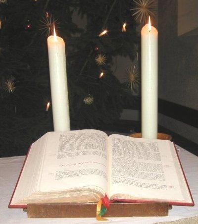 Altarbibel mit Kerzen